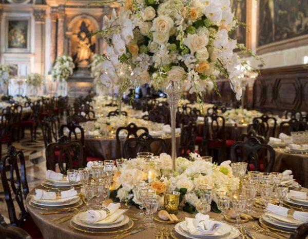 Tavolo con composizione floreale