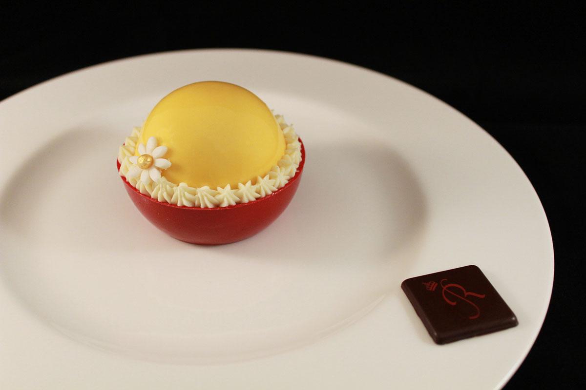 Sfera di mango, cioccolato bianco e vaniglia