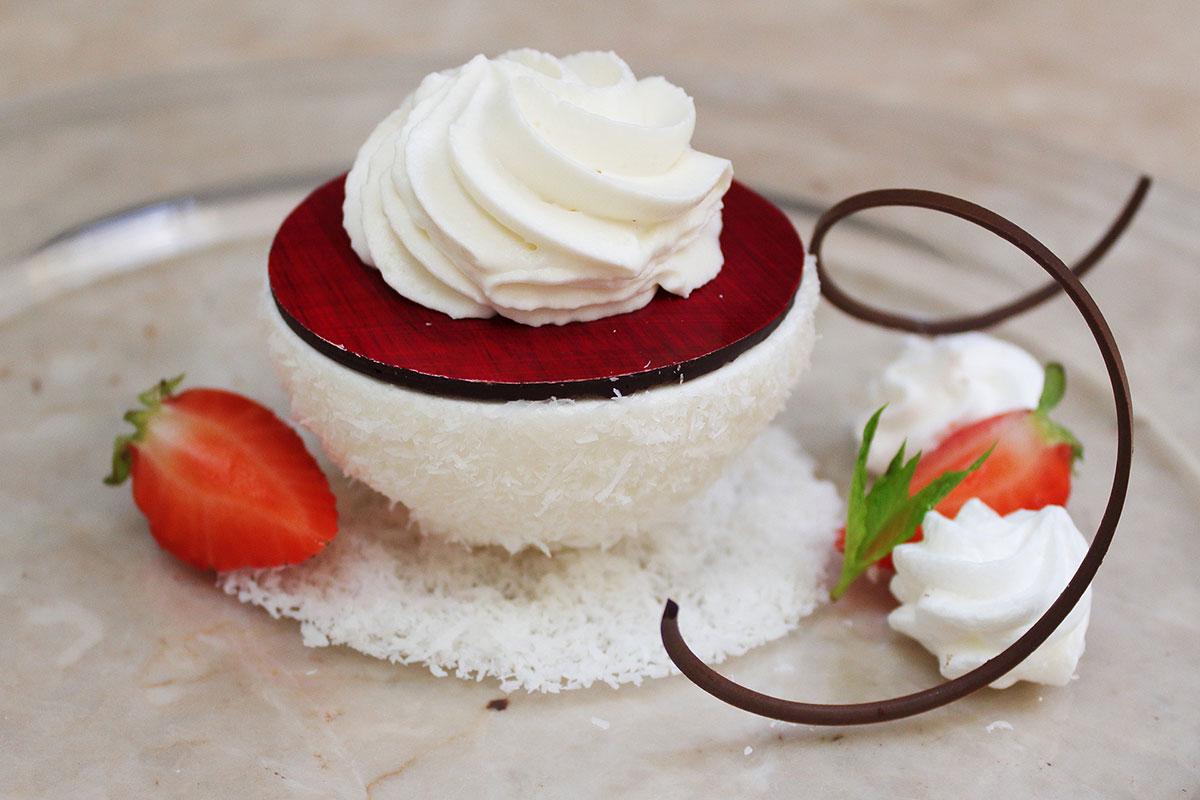 Cupola di meringa con all'interno un coulis di fragole e un delizioso cuore alla menta e cioccolato fondente, ricoperto da una ganache montata al cioccolato e vaniglia